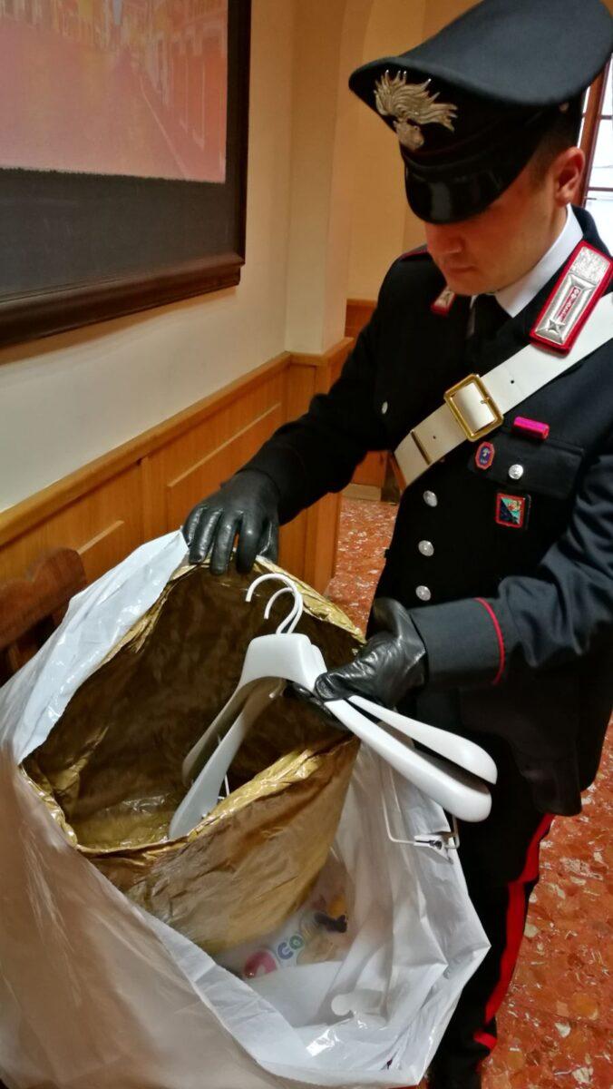 Forum Termini, shopping con borse schermate: a tradirlo l'atteggiamento sbrigativo e guardingo