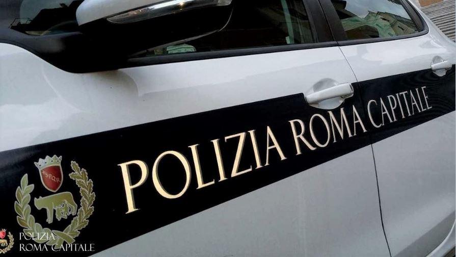 Roma, donna incinta trasportata dalla Polizia Locale in ospedale: era a bordo di una macchina in panne ed aveva rotto le acque