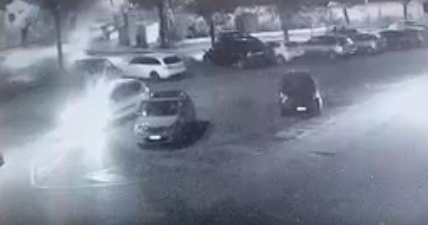 Frosinone, vandalo urta volutamente un lampione: ripreso dalle telecamere comunali (VIDEO)