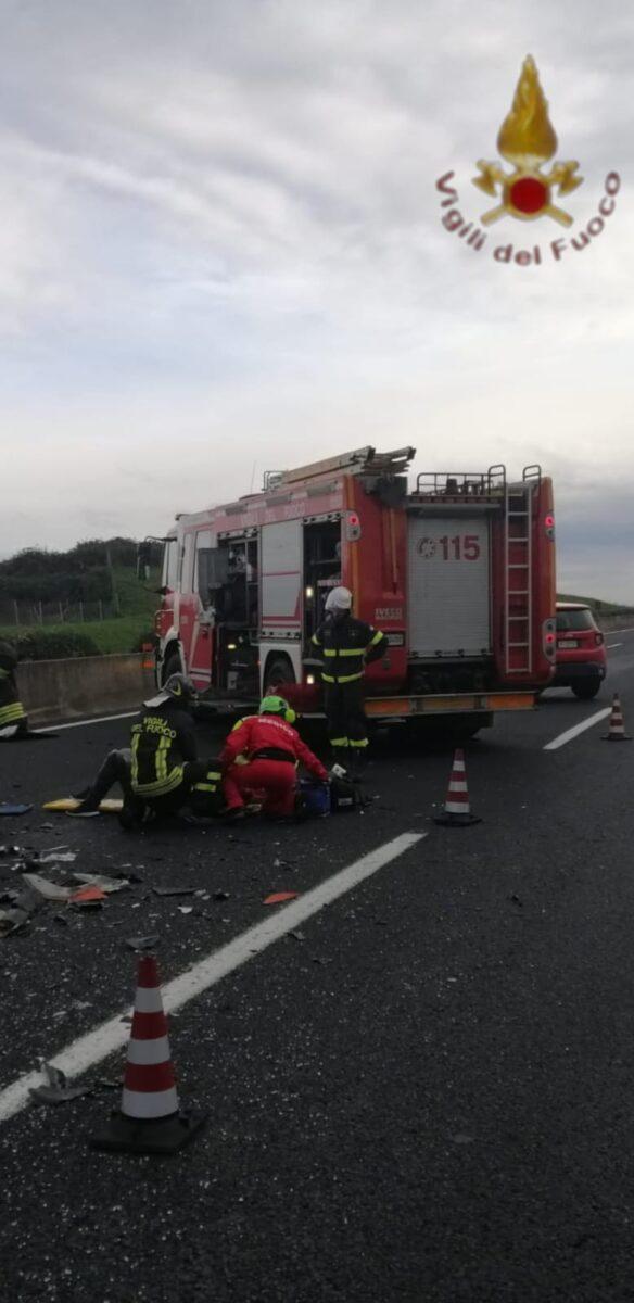 A1, incidente tra autobus e macchina: un morto oggi 21
