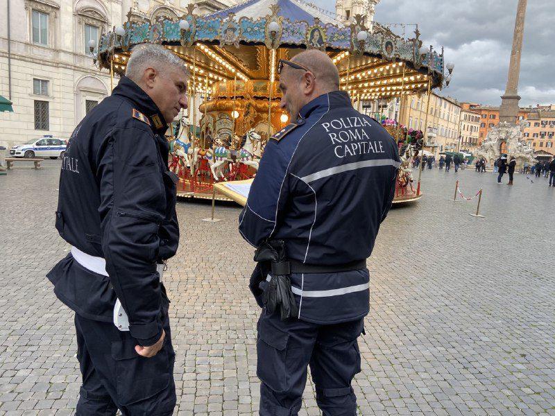 Piazza Navona, sequestrati banchi manifestazione: gravi rischi per lavoratori e visitatori (FOTO e VIDEO)