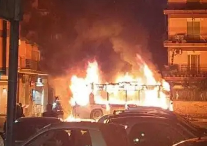 Roma, bus Linea 710 in fiamme in largo Gaetano la loggia: l'ennesimo episodio nella Capitale