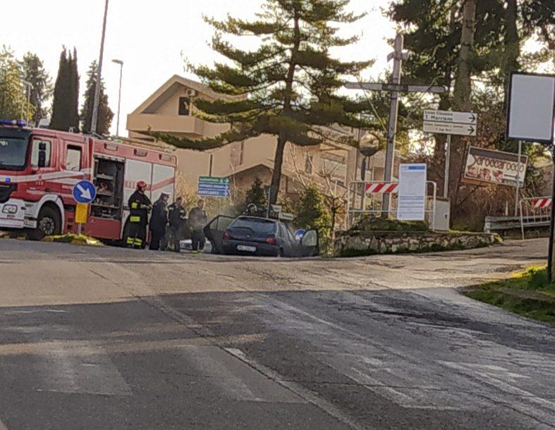 Segni, auto in fiamme a viale Ungheria stamattina: vigili del fuoco e polizia locale sul posto