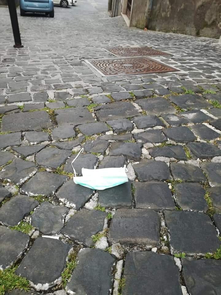 """Anagni, mascherine e guanti gettati a terra e rifiuti per le strade. Il Sindaco: """"I responsabili verranno identificati e denunciati"""""""