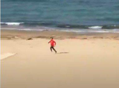 Virale il video del runner che semina un finanziere sulla spiaggia per evitare il controllo