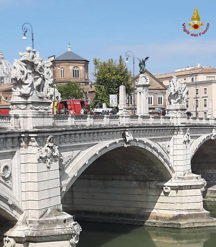 roma ponte vittorio emanuele salvataggio vigili fuoco
