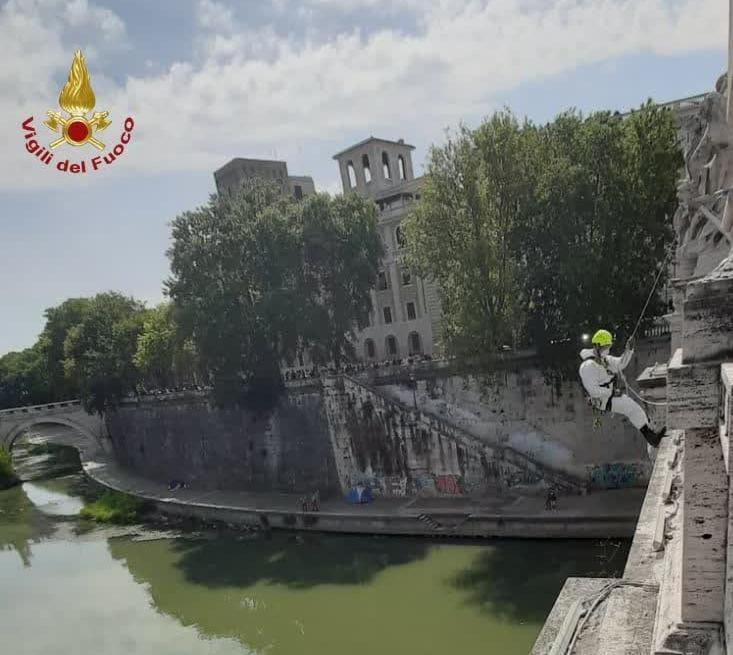 Roma, salvataggio estremo dei Vigili del Fuoco: un uomo alloggiava su un'arcata di Ponte Vittorio Emanuele II (FOTO)