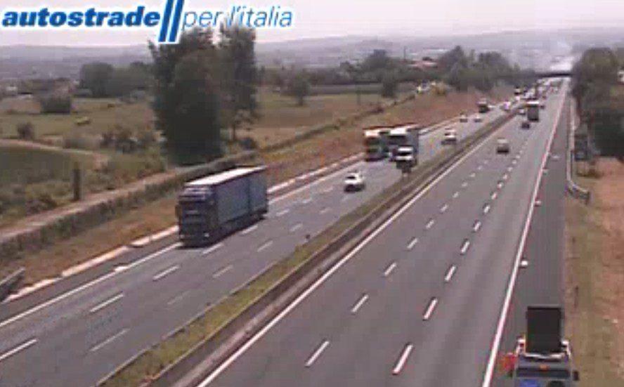 Autostrada A1 incendio tra Anagni e Ferentino incidente tra Valmontone e Roma Sud oggi 2 luglio 2020