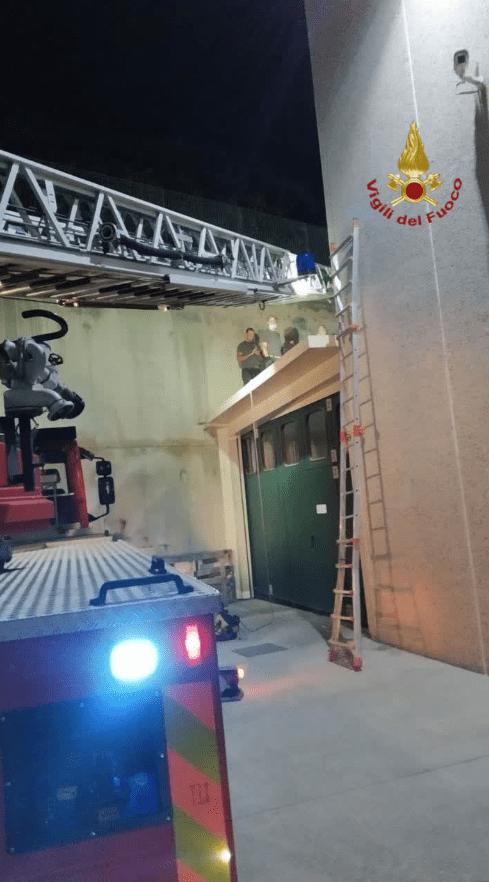 Fonte Nuova, incidente in microcar: minore finisce sul tetto di un capannone. Salvato dai Vigili del Fuoco