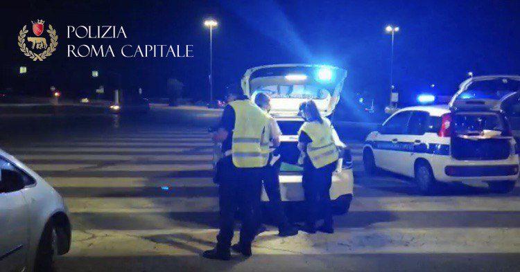 Ferragosto di controlli da parte della Polizia Locale, task force sul litorale romano. Chiuso stabilimento per assembramenti