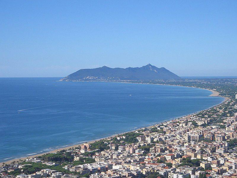 Terracina, chiuso uno stabilimento balneare per la sanificazione: c'era una ragazza positiva di rientro dalla Sardegna