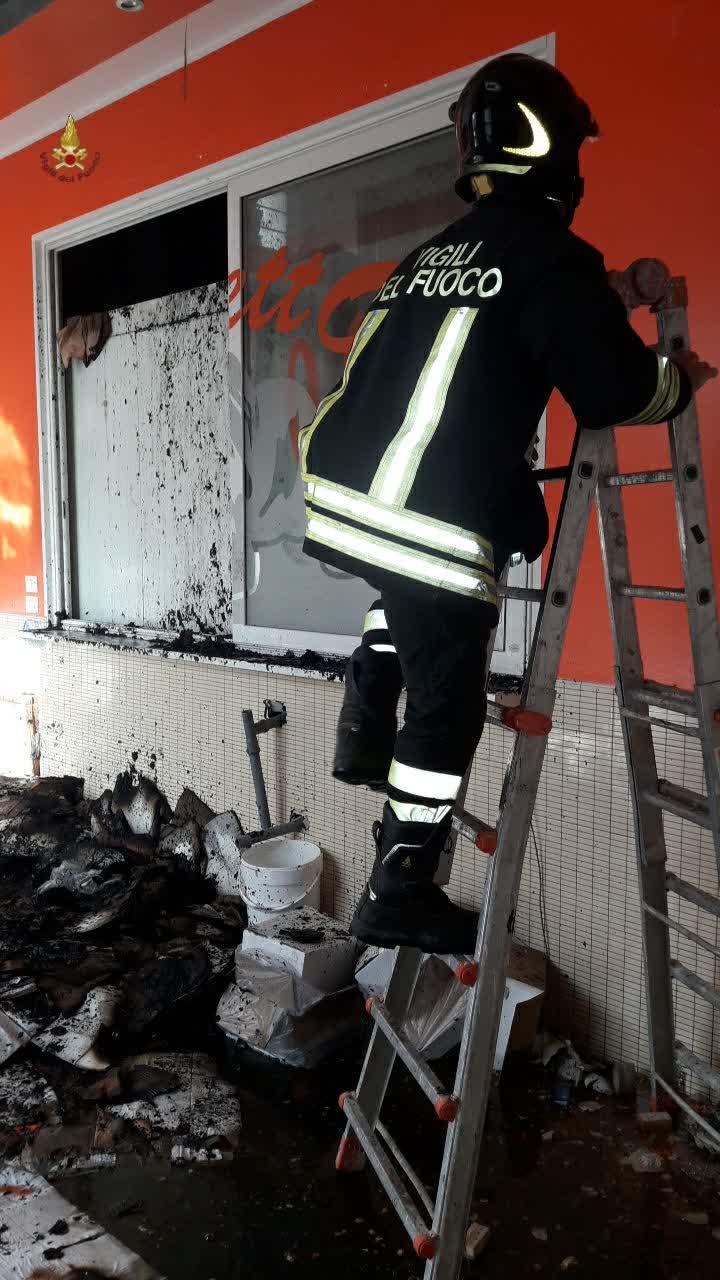 Capannelle, incendio in un'attività commerciale: si lavora sulla messa in sicurezza