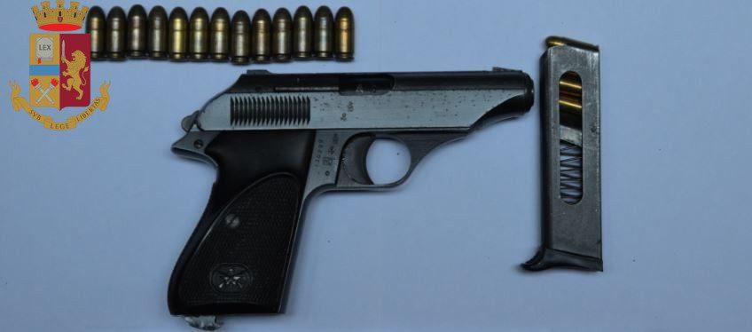 Roma. Ponte di Nona, recuperate 3 pistole rubate e 38 panetti di hashish marchiati con il disegno di Conor McGregor