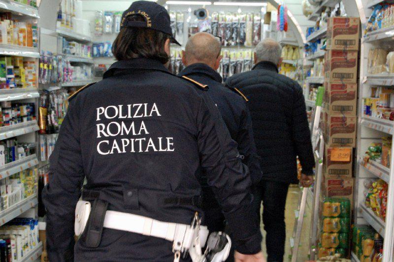 Casilino, assembramento e consumo di alcolici nel seminterrato di un minimarket: chiuso dalla Polizia Locale
