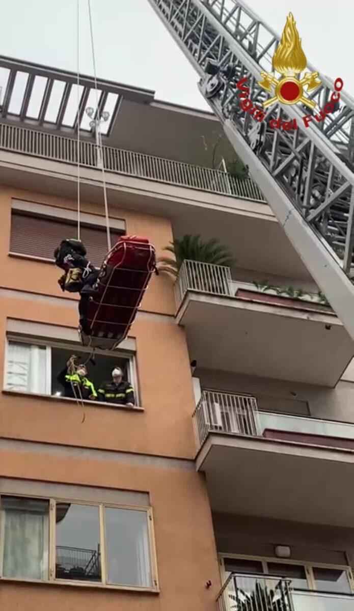 """Cornelia, trasporto """"maxi"""" speciale: vigili del fuoco aiutano a soccorrere persona di oltre 200 kg"""