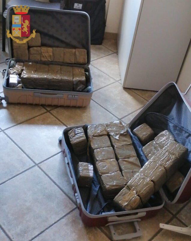 Cinecittà Est, auto scorta furgone con 40 kg di hashish: arrestati due pusher di Anagni e Alatri (FOTO)