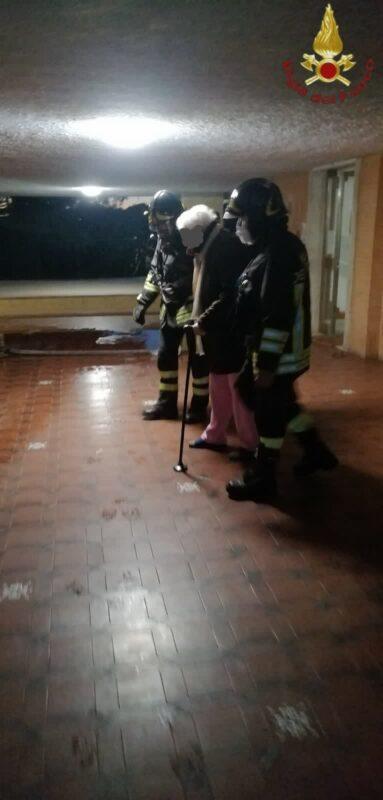 Trullo, incendio in appartamento: i vigili del fuoco evacuano l'edificio. Soccorsi i feriti