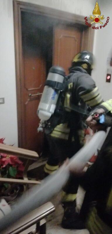 Incendio in via Prenestina: trovata in cucina una donna parzialmente ustionata, trasportata in ospedale