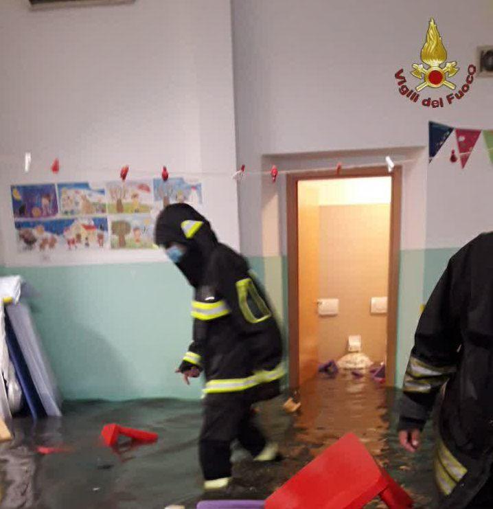 roma bomba d'acqua bambini bloccati asilo