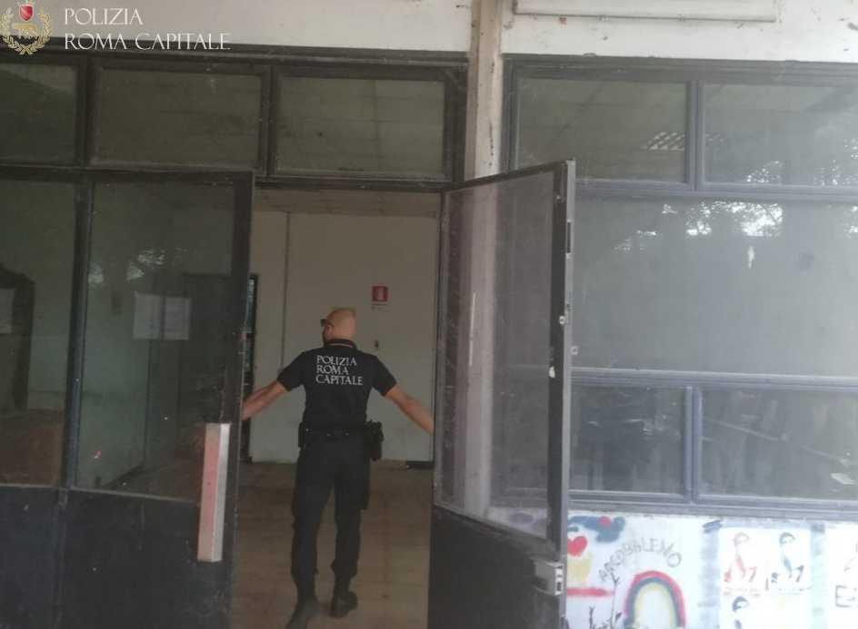 Tiburtino, sgomberato immobile in via del Frantoio: fermati una trentina di occupanti abusivi e arrestato un 25enne